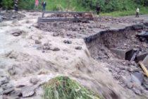 Drumul național DN15 blocat de aluviuni. Circulația a fost întreruptă.