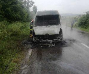O autoutilitară încărcată cu vin a luat foc la Tazlău
