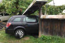 Un autoturism s-a oprit în gardul unui cetățean. Șoferul a fost rănit.
