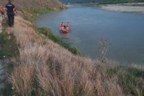 Două fetițe căzute în râul Moldova. Una dintre ele încă este căutată de scafandri.