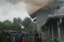 O locuință din Săvinești a luat foc. O femeie însărcinată a făcut atac de panică.