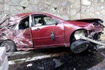 Accident rutier între un autoturism și un camion în urma unei depășiri imprudente