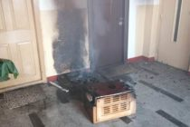 Incendiu provocat de niște inconștienți pe casa scării, într-un bloc din Piatra Neamț