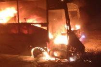 Un autobuz a ars în localitatea Timișești din cauza unui scurtcircuit