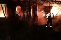 Intervenție grea a pompierilor pentru stingerea unui incendiu la o locuință din Roman