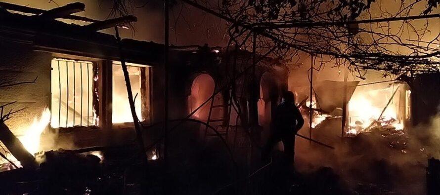 O casă din Vânători Neamț a ars din cauza unui fumător neatent