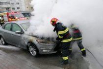 Un autoturism a luat foc în Piatra Neamț, pe strada Dimitrie Leonida
