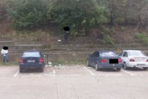 Tineri amendați și puși să facă curățenie după ce au aruncat deșeuri de hârtie într-o parcare