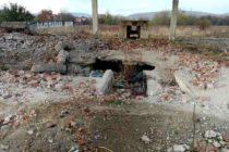 Și-au amenajat o locuință într-un beci, pe un teren abandonat din Piatra Neamț
