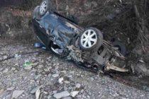 Un autoturism cu 3 pasageri a derapat și s-a răsturnat într-un șanț