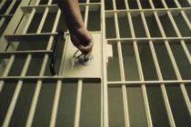 Reținut de polițiști după ce a agresat cu un cuțit un consătean