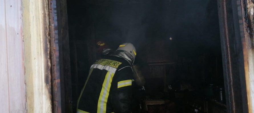 Incendiu la o locuință din Bârgăoani, o femeie a făcut atac de panică