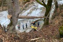 Bărbat căzut în râul Tarcău, scos din apă de pompieri