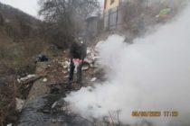 1.000 de lei amendă pentru că a dat foc la deșeuri pe malul pârâului Cuiejdi