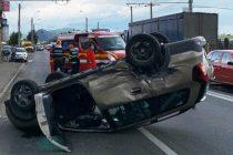 Un autoturism s-a răsturnat la ieșirea din municipiul Piatra Neamț, o femeie a fost rănită