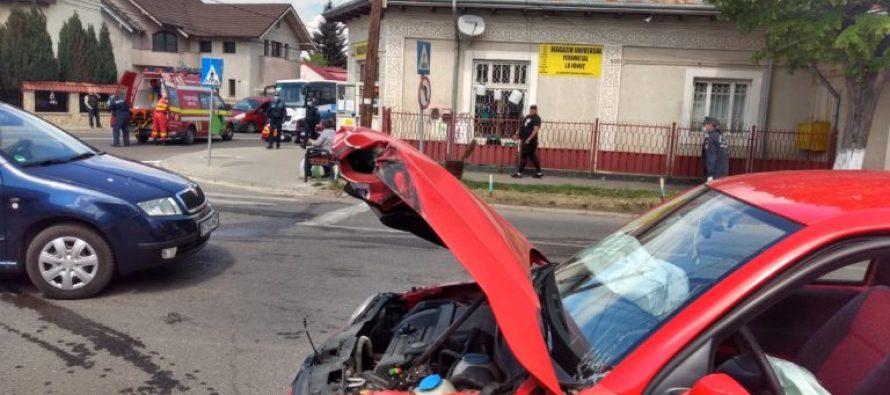 Un autoturism s-a ciocnit violent cu o mașină de gunoi în municipiul Roman