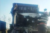 Cabina unui TIR a luat a ars din cauza unui scurtcircuit electric