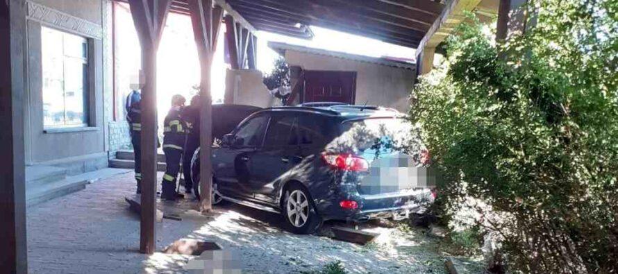 Un autoturism a ajuns în curtea unui cetățean și s-a oprit într-o țeavă de gaz