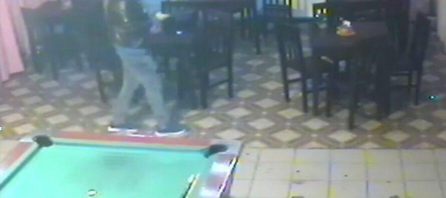 Tânăr căutat de polițiști după ce a furat geanta unei femei