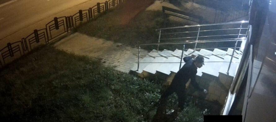 A spart fereastra unei instituții publice și e căutat de polițiști