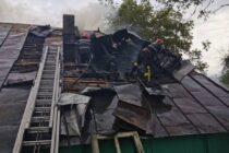 Acoperișul unei case din Dragomirești a ars din cauza unui coș de fum