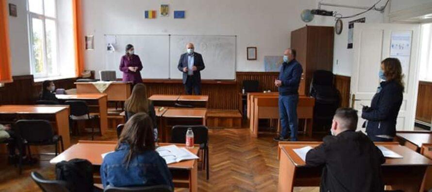 Elevii din Piatra Neamț, din clasele terminale, s-au întors astăzi la cursuri