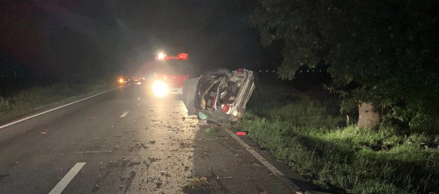 Un tânăr și-a pierdut viața după ce s-a izbit cu autoturismul într-un copac