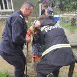 femeie evacuata inundatii Vaduri