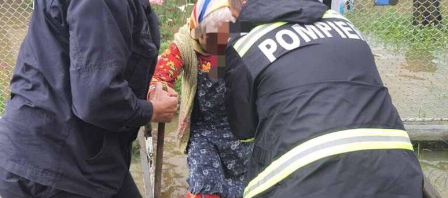 Zeci de gospodării inundate în județul Neamț. O femeie a fost evacuată din casă.