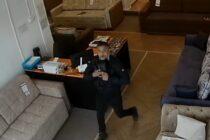 Căutat de polițiști pentru că a furat dintr-un magazin