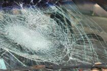 A spart geamurile unui autoturism cu lopata și a fost reținut de polițiști