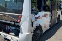 Accident rutier cu victimă între un autoturism și un microbuz, în municipiul Roman