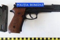 Arme letale descoperite la domiciliul unor infractori din Roman