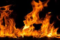 Și-a stropit copilul și lucrurile din casă cu o substanță inflamabilă și le-a dat foc