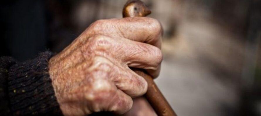 Un bătrân de 79 de ani și-a amenințat cu moartea soția de 81 de ani