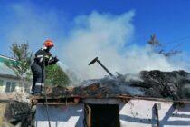 Incendiu puternic la un adăpost de animale din comuna Dochia
