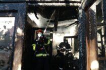 O locuință din Agapia a fost cuprinsă de flăcări din cauza unui scurtcircuit