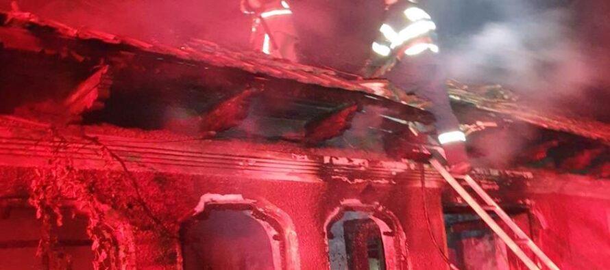 O locuință din Izvoare a ars din cauza unei lumânări uitate aprinsă