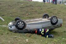 Două persoane accidentate după ce s-au răsturnat cu autoturismul în afara carosabilului