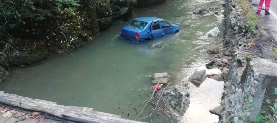 Un autoturism a părăsit carosabilul și s-a prăbușit în râul Bicaz
