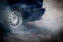 Doi tineri inconștienți s-au luat la întrecere cu mașinile pe o stradă din Roman