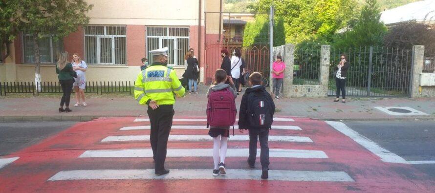 Polițiștii locali din Piatra Neamț asigură liniștea și ordinea publică la 10 unități de învățământ