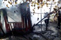 O bucătărie de vară a ars din cauza coșului de fum deteriorat, în comuna Țibucani