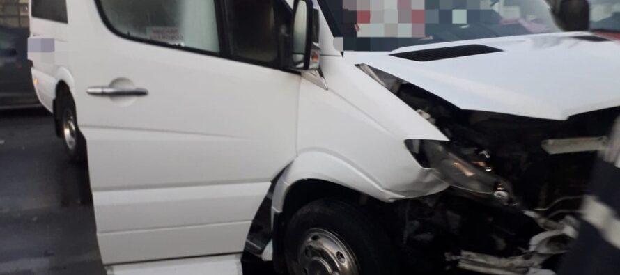 Accident cu 4 victime între un autoturism și un microbuz la Roman