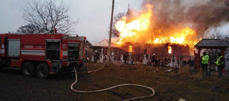 O biserică din Drăgănești a fost cuprinsă de flăcări. Pompierii au intervenit cu mai multe echipaje.