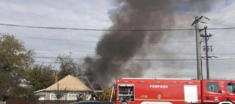 Incendiu puternic la o locuință din Dumbrava Roșie, 3 anexe au ars în totalitate