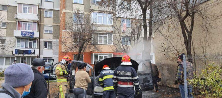 Un autoturism din Piatra Neamț a ars în totalitate, iar altul a fost avariat din cauza unui scurtcircuit