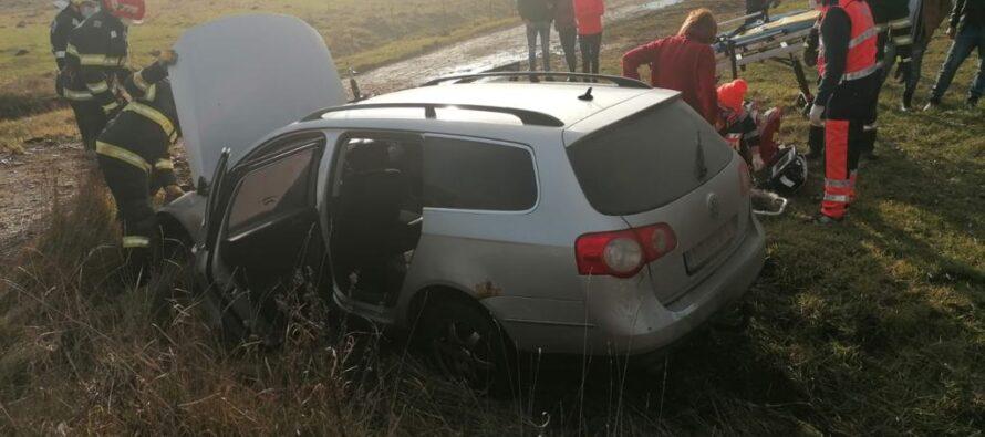 Un autoturism s-a izbit violent de un podeț, o femeie s-a aflat la un pas de moarte