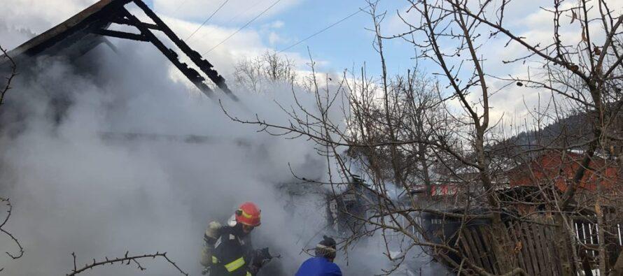 ACUM: bărbat găsit carbonizat în locuință. Pompierii încearcă să oprească flăcările.
