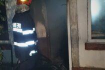 O bătrână din Roznov a ars de vie în locuință după ce a uitat o lumânare aprinsă